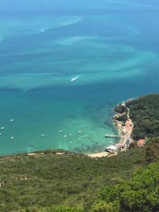 Uma vista aérea de Casa do Farol da Arrábida