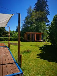 Ein Garten an der Unterkunft Holzhaus mit Sauna nahe Schloss Neuschwanstein
