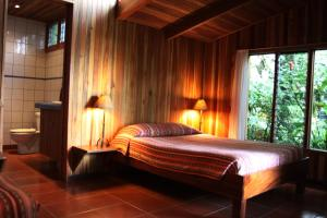 A bed or beds in a room at Arco Iris Lodge