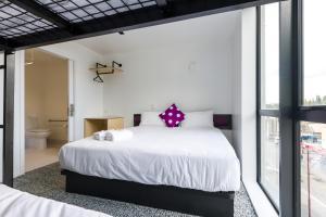 Ein Bett oder Betten in einem Zimmer der Unterkunft JUCY Snooze Queenstown