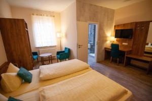 Ein Bett oder Betten in einem Zimmer der Unterkunft Traditionsgasthof Zum Luedertal