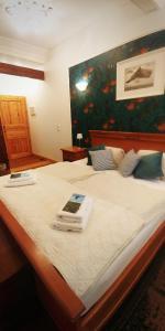 Ein Bett oder Betten in einem Zimmer der Unterkunft Der Schwarze Herrgott