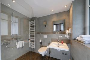 A bathroom at Hotel Alte Post
