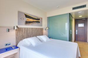 Кровать или кровати в номере Occidental Menorca