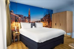 A bed or beds in a room at Swissôtel Amsterdam