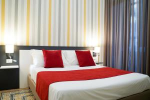 A bed or beds in a room at Hotel Cimarosa