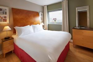 A bed or beds in a room at Marlin Aldgate Tower Bridge