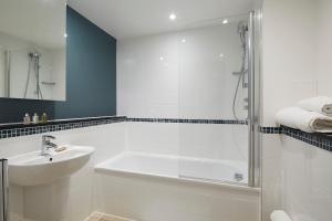 A bathroom at Marlin Aldgate Tower Bridge