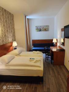 A bed or beds in a room at Hotel Atrium Charlottenburg