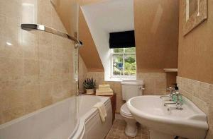 A bathroom at Coachman's Cottage