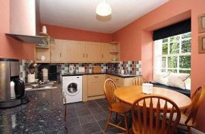 A kitchen or kitchenette at Coachman's Cottage