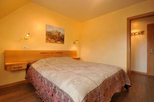 A bed or beds in a room at Les Chambres Du Vignoble - Domaine Pierre Adam