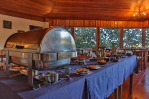 A restaurant or other place to eat at Arco Iris Lodge