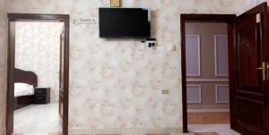 Uma TV ou centro de entretenimento em Al Awael Furnished Units