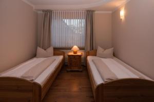 Ein Bett oder Betten in einem Zimmer der Unterkunft Landhotel Bauernstuben