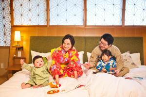 A family staying at Honjin Hiranoya Kachoan