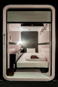 Een bed of bedden in een kamer bij First Cabin Akasaka