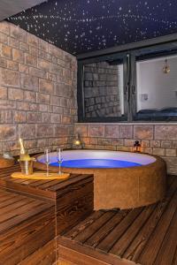 Bazén v ubytování Jacuzzi - Flexible SelfCheckIns 20 - Zagreb - Luxury - Garage - Smart - Brand New - Apartments Repinc nebo v jeho okolí