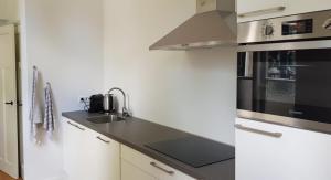 Een keuken of kitchenette bij Barbera Apartments Haarlem