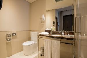Uma casa de banho em Vila Gale Collection Alter Real