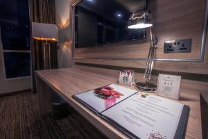 Uma TV ou centro de entretenimento em Iridium 70 Hotel