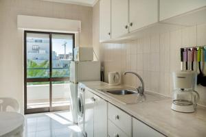A kitchen or kitchenette at Apartamentos Carteia