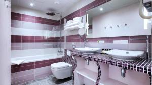 A bathroom at Hôtel du Plat d'Etain