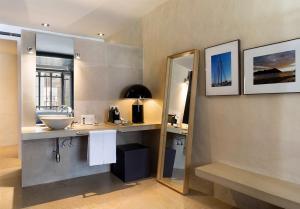 A bathroom at EME Catedral Hotel