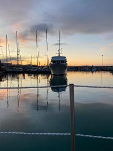 Alba o tramonto visti dall'interno dell'imbarcazione o dai dintorni