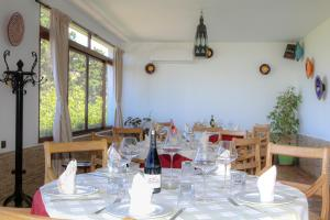 A restaurant or other place to eat at Hôtel Mandy
