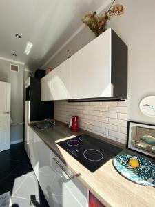 Кухня или мини-кухня в Apartment on Maiskiy proezd 9