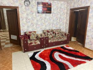 Uma área de estar em Al Awael Furnished Units