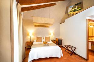 A bed or beds in a room at Hospederia de Santo Domingo