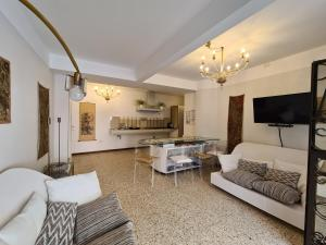 A seating area at Frari Luxury Apartment