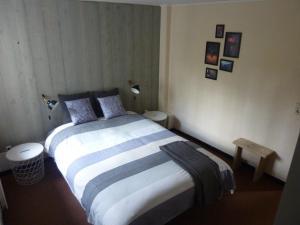 Een bed of bedden in een kamer bij Charming Apartment near the Forest in Durbuy