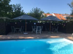 The swimming pool at or close to B&B Plompetorenzicht