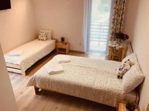 Łóżko lub łóżka w pokoju w obiekcie Pokoje Gościnne Lena