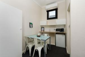 A kitchen or kitchenette at Bendigo Oval Motel