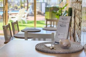A restaurant or other place to eat at Lakeside Holiday Apartments Merimbula