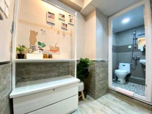 A bathroom at Hong Kong Hostel (Tsim Sha Tsui Mansion)