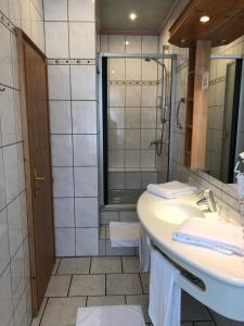 A bathroom at Hotel Restaurant Zum Neuling