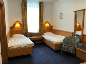 A bed or beds in a room at Hotel Restaurant Zum Neuling