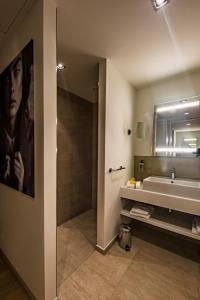 A bathroom at Wellings Parkhotel