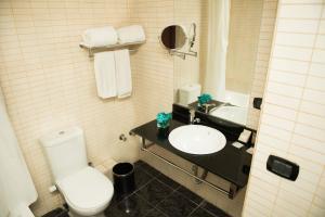 A bathroom at Cherry Maryski Hotel