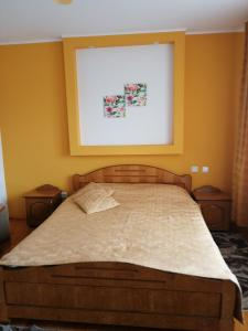 A bed or beds in a room at Pensiunea Lucia Ana