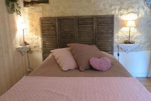 A bed or beds in a room at La Naomath et D-Day Kota Hébergement Insolite