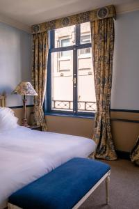 A bed or beds in a room at Paleis Hotel
