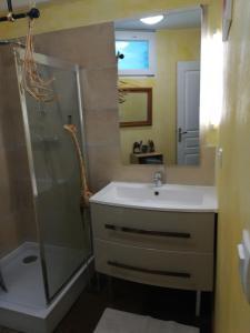 Salle de bains dans l'établissement Domaine de Fontenelay