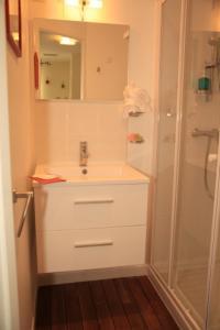 A bathroom at Les Chambres de Jeannette