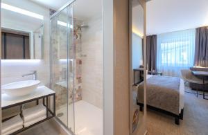 Un baño de Mercure Budapest Korona